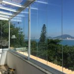 Fechamento de área e cobertura de vidro