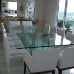 Mesa de jantar em vido de 19mm de espessura com bases fixadas com colagem ultra-violeta