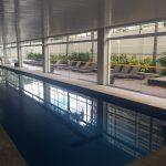 Portas de vidro na piscina
