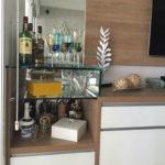Prateleiras de vidro para mini-bar fixadas com colagem ultra-violeta