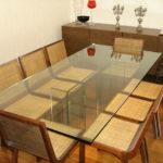 Mesa de jantar com tampo e base em vidro incolor de 19mm de espessura fixados com colagem ultra-violeta