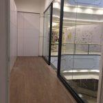 Fachada de loja em vidro temperado incolor com 10mm de espessura estruturado com perfis em alumínio com pintura eltrostática