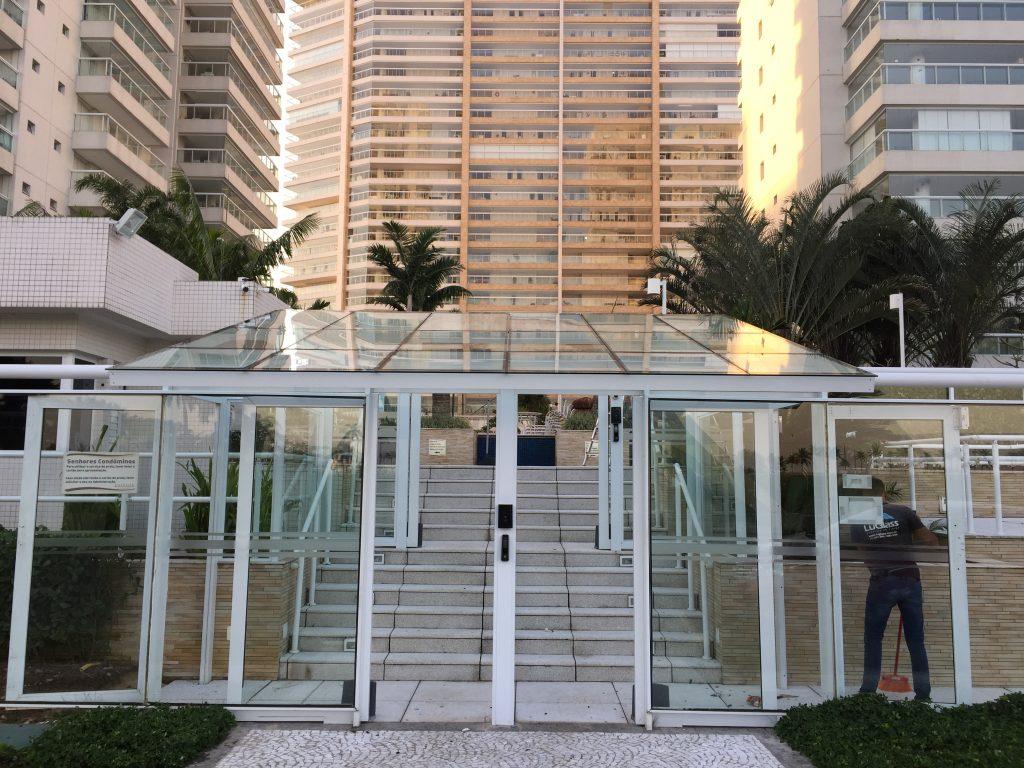 Fachada e cobertura de vidro na entrada do prédio