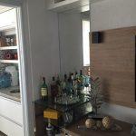Prateleiras para mini-barzinho em vidro incolor de 19mm de espessura fixadas com colagem ultra-violeta