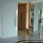 Porta de vidro serigrafado branco e espelho externo