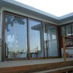 Fachada de vidro em casa na chácara